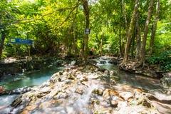 Krabi,泰国-双十国庆, 2016年:在Khlo的温泉瀑布 库存照片