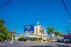 KRABI,泰国- 2018年2月19日:交叉点在中央Krabi镇,有在高垫座的大穴居人雕象的 库存图片