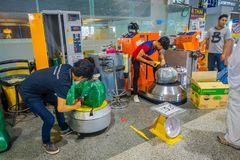 KRABI,泰国- 2018年2月19日:人包装的行李室内看法有塑料的游人,当segurity系统 库存照片