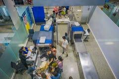 KRABI,泰国- 2018年2月02日:在segurity区域上看法登记行李和人的在的终端大厅里面 图库摄影