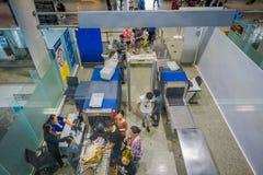 KRABI,泰国- 2018年2月02日:在segurity区域上看法登记行李和人的在的终端大厅里面 免版税库存图片