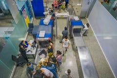 KRABI,泰国- 2018年2月02日:在segurity区域上看法登记行李和人的在的终端大厅里面 免版税库存照片