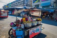 KRABI,泰国- 2018年2月19日:室外观点的有卖在Krabi街道的食物推车的未认出的妇女  图库摄影