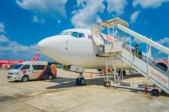 KRABI,泰国- 2018年2月02日:的乘客上泰国亚洲航空飞机的室外观点在Krabi国际性组织 免版税库存照片