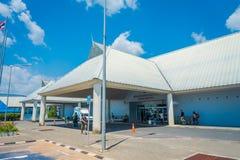 KRABI,泰国- 2018年2月02日:走入Krabi国际机场的小组游人 甲米府被认识 免版税库存图片