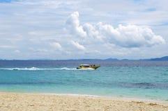 KRABI,泰国- 2013年10月26日:与浮动速度小船的热带海景 免版税库存图片