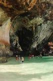 KRABI,泰国- 2013年10月27日:在海上的美丽如画的纯粹峭壁有游泳人的 图库摄影