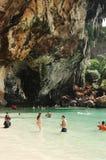 KRABI,泰国- 2013年10月27日:在海上的美丽如画的纯粹峭壁有游泳人的 库存照片