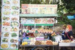 KRABI,泰国- 2015年12月7日:在De的食物卡车泰国样式 免版税库存照片