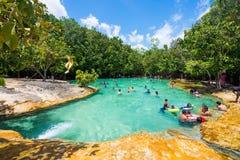 Krabi,泰国- 2016年10月15日:很多游人享受游泳 免版税库存照片