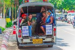 KRABI,泰国- 2016年5月12日:旅游梭公开出租汽车在沿海滩的公开车行道停放了在Ao Nang镇 免版税库存图片