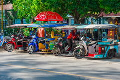 KRABI,泰国- 2016年5月12日:旅游梭公开出租汽车在沿海滩的公开车行道停放了在Ao Nang镇 库存图片