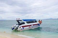 KRABI,泰国- 2013年10月26日:速度小船被停泊在沿海 库存图片