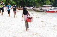 KRABI,泰国- 2013年10月27日:酸值与人和小船的Poda海滩在岸 免版税库存图片