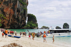 KRABI,泰国- 2013年10月27日:Railay半岛拥挤Phra Nang海滩  免版税库存图片