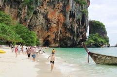 KRABI,泰国- 2013年10月27日:Railay半岛Phra Nang海滩  免版税库存图片