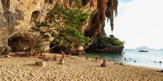 Krabi,泰国- 1月017, 2015个游人游泳在Railay洞bea 库存图片