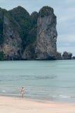 KRABI,泰国-走在2014年4月16日的AO NANG海滩的妇女在Krabi,泰国 库存图片