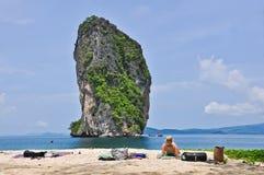 KRABI, THAILAND-OCTOBER 14,2012 :美妙的大局的游人 免版税图库摄影