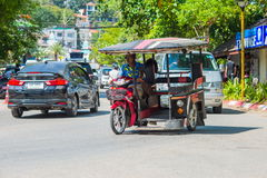 KRABI, ΤΑΪΛΆΝΔΗ - 12 Μαΐου 2016: Δημόσιο ταξί οχημάτων πυκνών δρομολογίων τουριστών που σταθμεύουν στο δημόσιο οδόστρωμα κατά μήκ Στοκ φωτογραφία με δικαίωμα ελεύθερης χρήσης