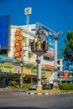 KRABI, ΤΑΪΛΆΝΔΗ - 19 ΦΕΒΡΟΥΑΡΊΟΥ 2018: Διατομή στην κεντρική πόλη Krabi, με τα γιγαντιαία caveman αγάλματα στα υψηλά βάθρα Στοκ Εικόνες
