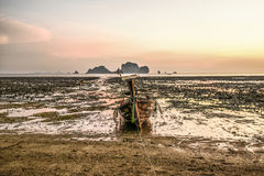 Krabi, Ταϊλάνδη, στις 12 Μαρτίου 2016: Μόνη μακριά βάρκα ουρών στο χαμηλό Tj Στοκ Εικόνες