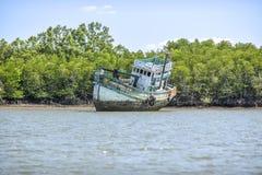 Krabi, Ταϊλάνδη, στις 7 Μαρτίου 2016: Παλαιό εγκαταλειμμένο σκάφος προσαραγμένο Στοκ φωτογραφίες με δικαίωμα ελεύθερης χρήσης