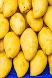 Krabi, Таиланд: Желтое манго показанное на таблице рынка стоковое изображение rf