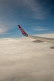 KRABI, ТАИЛАНД - 24-ОЕ ИЮЛЯ: Тайское крыло ` s самолета Air Asia с логотипом, Стоковое Изображение