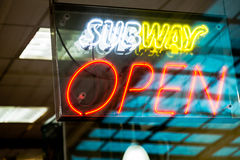 KRABI, ТАИЛАНД - 18-ое июля 2015: Знак ресторана метро на j Стоковое Фото