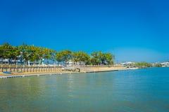 KRABI, ТАИЛАНД - 19-ОЕ ФЕВРАЛЯ 2018: Внешний взгляд берега реки в городке Krabi, Таиланде Местная людей прогулка часто Стоковое Фото