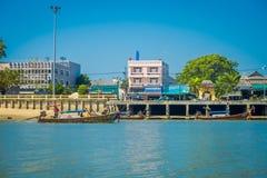 KRABI, ТАИЛАНД - 19-ОЕ ФЕВРАЛЯ 2018: Внешний взгляд берега реки с некоторыми шлюпками в городке Krabi, Таиланде местно стоковые изображения rf