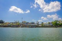 KRABI, ТАИЛАНД - 19-ОЕ ФЕВРАЛЯ 2018: Внешний взгляд берега реки с некоторыми шлюпками в городке Krabi, Таиланде местно стоковое фото rf