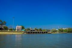 KRABI, ТАИЛАНД - 19-ОЕ ФЕВРАЛЯ 2018: Внешний взгляд берега реки с некоторыми шлюпками в городке Krabi, Таиланде местно стоковая фотография
