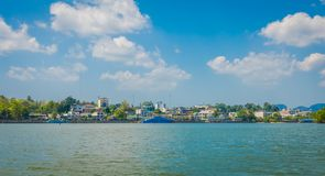 KRABI, ТАИЛАНД - 19-ОЕ ФЕВРАЛЯ 2018: Внешний взгляд берега реки с огромной шлюпкой в городке Krabi, Таиланде местно стоковые изображения