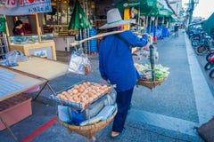 KRABI, ТАИЛАНД - 19-ОЕ ФЕВРАЛЯ 2018: Внешний взгляд неопознанной женщины держа в ее плечах толстую с 2 Стоковые Фотографии RF