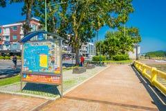 KRABI, ТАИЛАНД - 19-ОЕ ФЕВРАЛЯ 2018: Внешний взгляд неопознанных людей идя на тропу между дорогой и рекой внутри Стоковое Фото