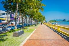 KRABI, ТАИЛАНД - 19-ОЕ ФЕВРАЛЯ 2018: Внешний взгляд тропы между дорогой и рекой в городке Krabi, Таиланде местно стоковая фотография rf