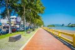 KRABI, ТАИЛАНД - 19-ОЕ ФЕВРАЛЯ 2018: Внешний взгляд тропы между дорогой и рекой в городке Krabi, Таиланде местно стоковое фото