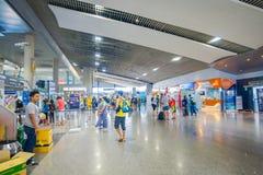 KRABI, ТАИЛАНД - 19-ОЕ ФЕВРАЛЯ 2018: Крытый взгляд неопознанных людей идя внутри авиапорта Krabi Стоковые Фото