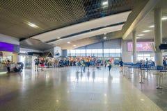 KRABI, ТАИЛАНД - 19-ОЕ ФЕВРАЛЯ 2018: Крытый взгляд неопознанных людей идя внутри авиапорта Krabi Стоковая Фотография