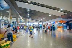 KRABI, ТАИЛАНД - 19-ОЕ ФЕВРАЛЯ 2018: Крытый взгляд неопознанных людей идя внутри авиапорта Krabi Стоковая Фотография RF