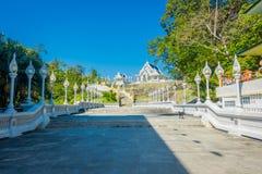 KRABI, ТАИЛАНД - 19-ОЕ ФЕВРАЛЯ 2018: Лестница Naga на виске Wat Kaew Korawararam общественном белом, церков в ТАИЛАНДЕ Стоковая Фотография RF