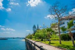 KRABI, ТАИЛАНД - 19-ОЕ ФЕВРАЛЯ 2018: Шикарный внешний взгляд тропы близко к реке в городке Krabi, Таиланде местно стоковая фотография