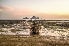 Krabi, Таиланд, 12-ое марта 2016: Сиротливая шлюпка длинного хвоста на низком ti Стоковые Изображения