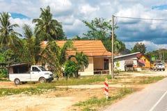 krabi Таиланд Улицы пригорода, автомобилей и зданий Стоковые Изображения RF