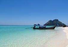 长尾巴小船在Krabi海滩和海岛泰国 免版税库存照片