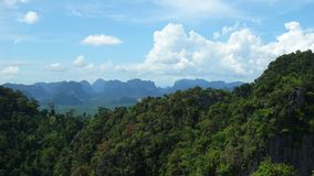 Krabi-Berge und schöne Skyline Lizenzfreie Stockfotos