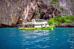 KRABI - 1º DE DEZEMBRO: O barco e o turista longos no Maya latem em Phi Phi Imagens de Stock Royalty Free