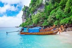 KRABI - 1º DE DEZEMBRO: O barco e o turista longos no Maya latem em Phi Phi Fotos de Stock